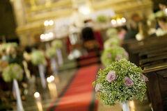 Belle decoration de mariage de fleur dans une eglise 41249090